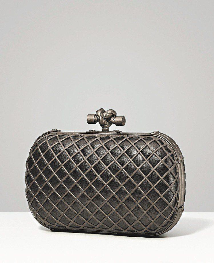Bottega Veneta黑色光澤羊皮KNOT手拿包, 101,800元。圖/...