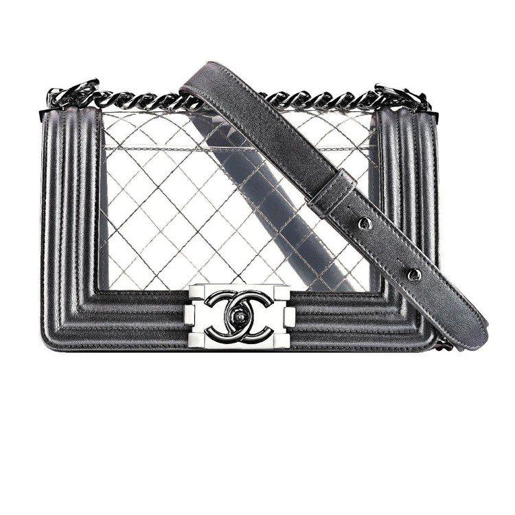 銀色小牛皮透明Boy Chanel包,11萬8,400元。圖/CHANEL提供