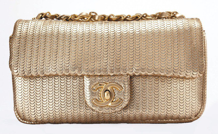 金色小羊皮雕刻肩背包,10萬8,300元。圖/CHANEL提供