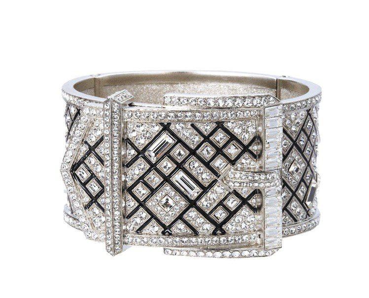 巴洛克雙色水晶寬手環,13萬7,000元。圖/CHANEL提供