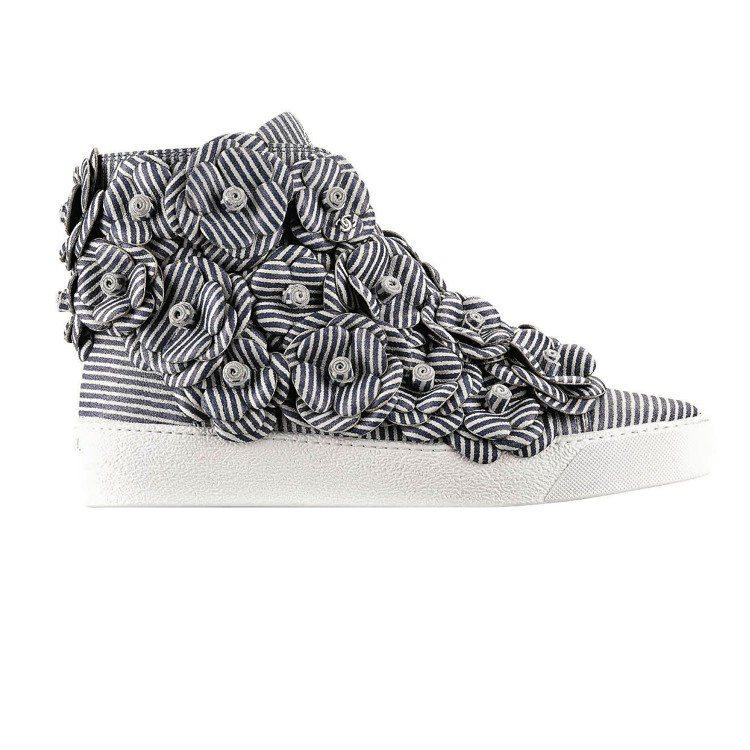 藍白條紋小羊皮山茶花休閒鞋,72,200元。圖/CHANEL提供