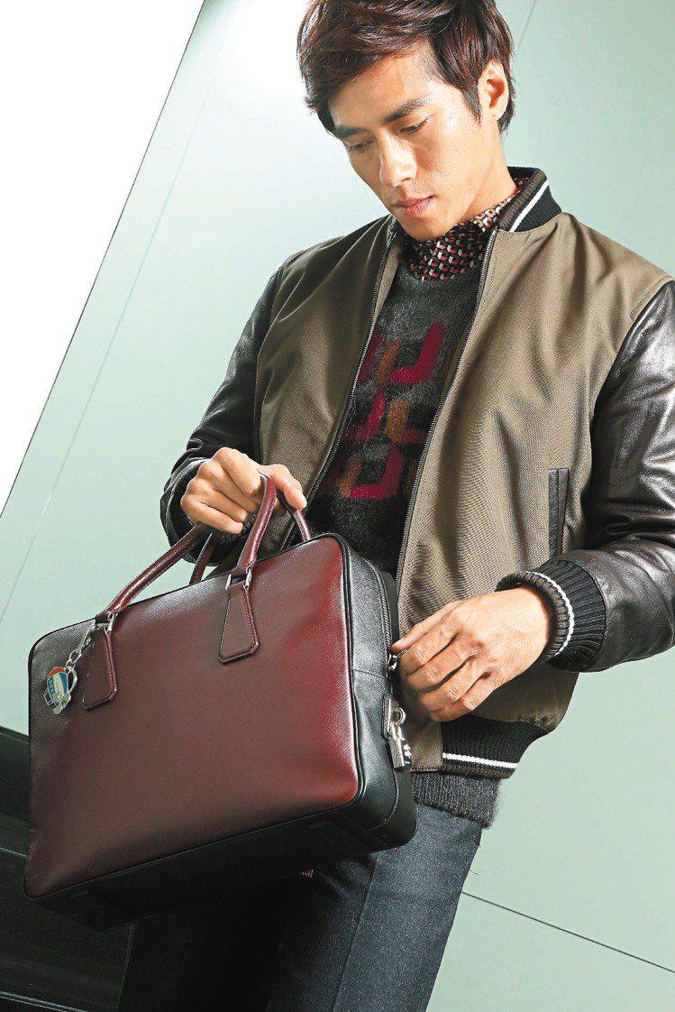 莊凱勛穿PRADA秋冬雙色皮質運動外套63,000元、印花襯衫22,000元、針...