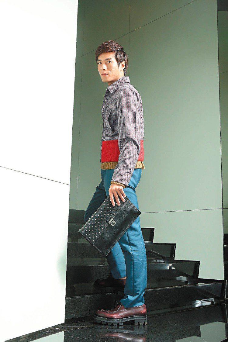 莊凱勛穿PRADA秋冬短版外套49,500元、針織毛衣14,500元、長褲22,...