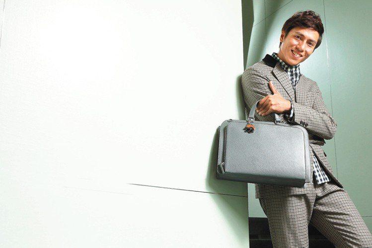 莊凱勛穿PRADA秋冬千鳥格紋西裝外套65,500元、格紋襯衫17,500元、格...