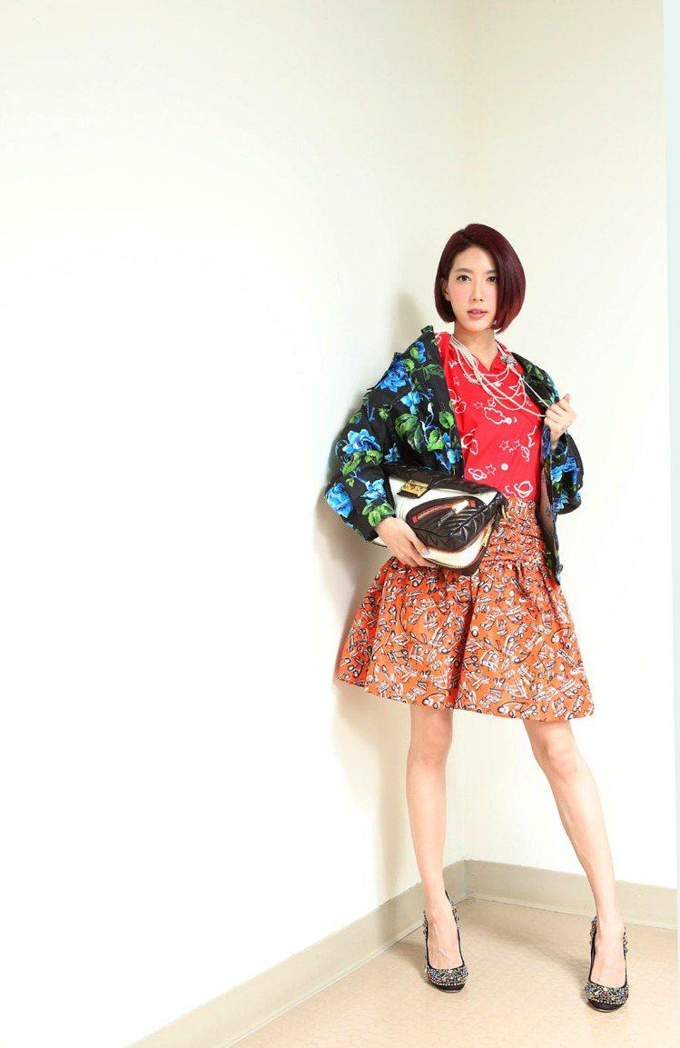 宋米秦穿MIU MIU藍色印花夾克64,500元、紅色襯衫26,000元、印花短...