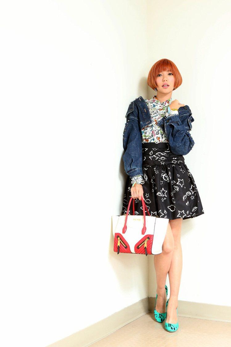 郭雪芙穿MIU MIU寶石單寧外套181,000元、印花襯衫26,000元、黑色...
