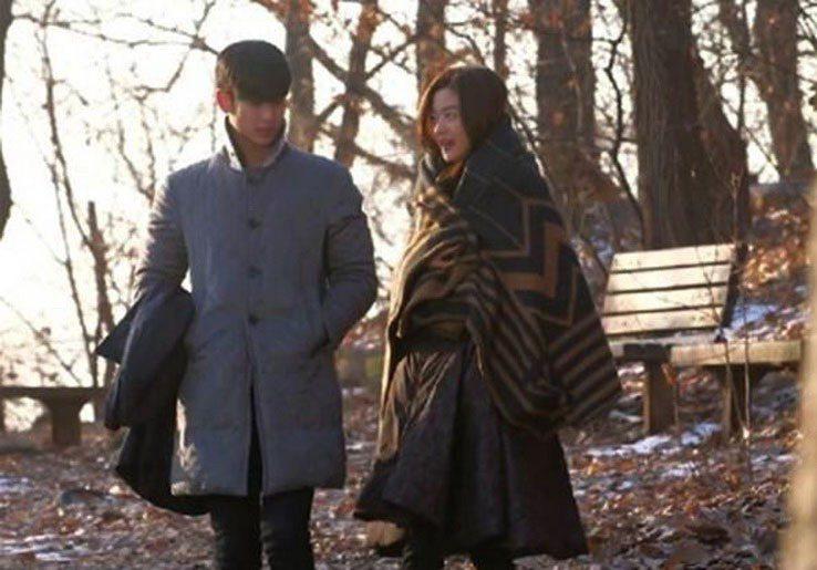 千頌伊(右)與都敏俊甜蜜蜜等待拍戲時,披的是LV咖啡色圖紋披肩。圖/劇照,翻攝自...