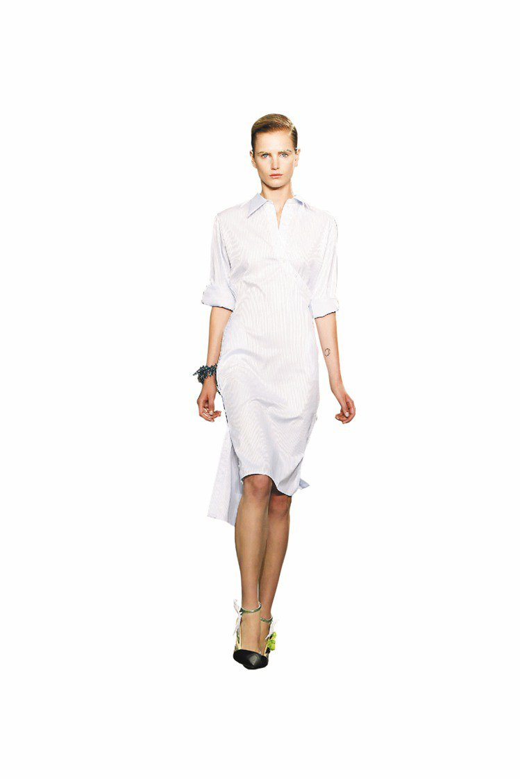 千頌伊穿Dior春夏新裝,襯衫式洋裝搭配西裝大衣,氣質出眾。圖/Dior提供