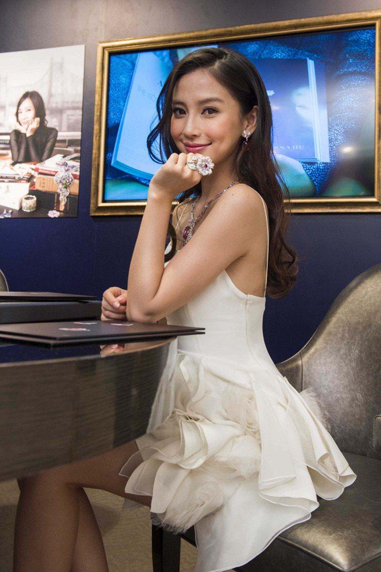 Angelababy出席Anna Hu珠寶展開幕,配戴要價上千萬珠寶,誇讚黃曉明...