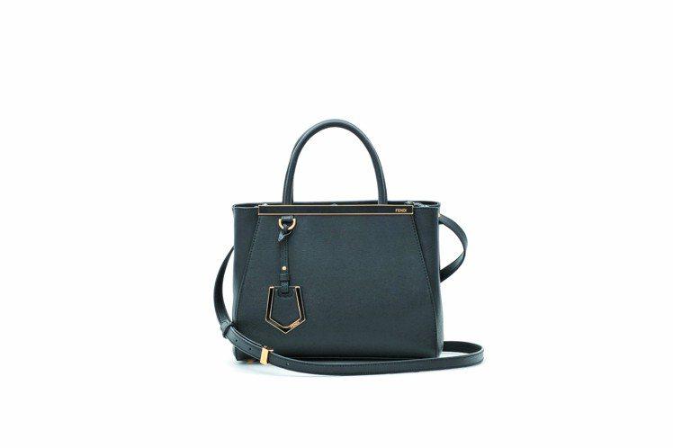 時尚俐落,petite 2Jours包,60,000元。圖/FENDI提供