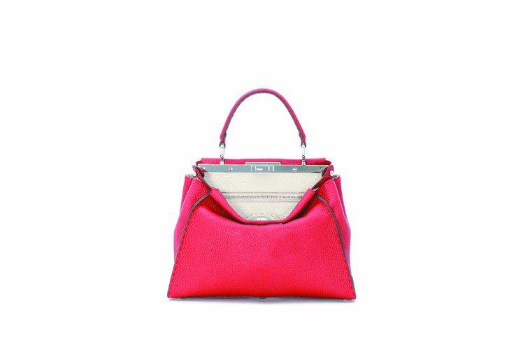 紅色中型,Selleria Peekaboo包,13萬4,000元。圖/FEND...