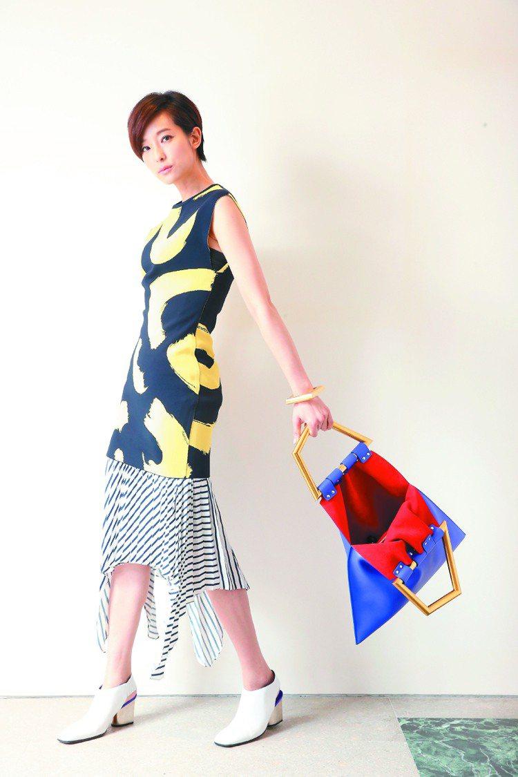 短髮賴雅妍,穿上藝術的CELINE春夏女裝更顯獨特氣質。深海藍及鮮黃色圖案緹花上...