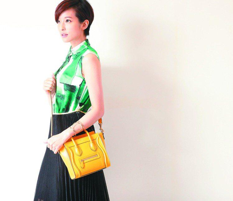賴雅妍特別喜歡這套意外青春的裝扮。綠色印花無袖襯衫,38,500元、黑色烏干紗百...