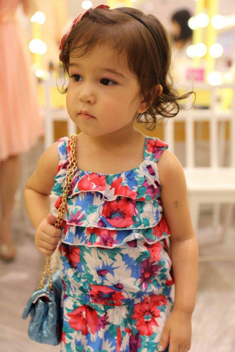 年僅兩歲的 Lya 變身成湯姆克魯斯愛女舒莉,萌樣相當可愛。圖/TWINKLE ...