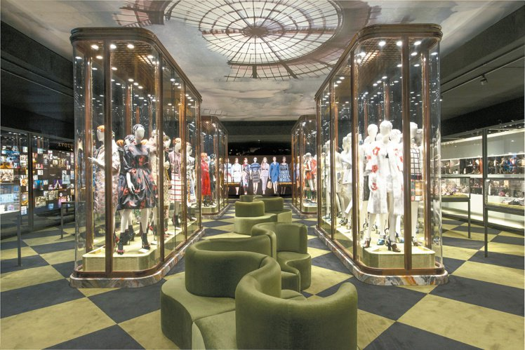 Pradasphere展覽於中央設置6個陳列櫃,分門別類展示PRADA重要作品。...