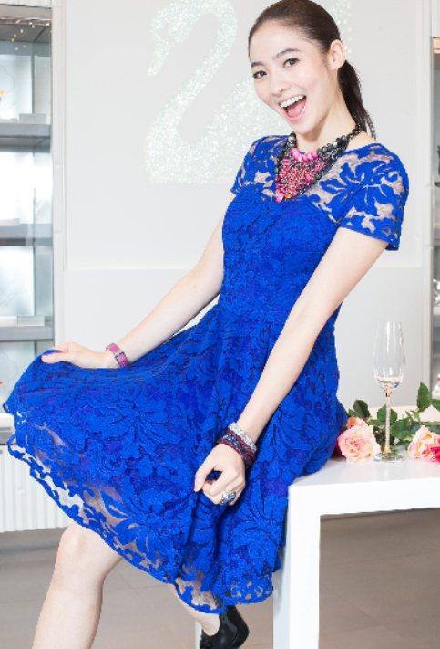 謝沛恩以耀眼的紅、藍色系施華洛世奇飾品,搭配Ted Baker鏤空蕾絲洋裝,示範...