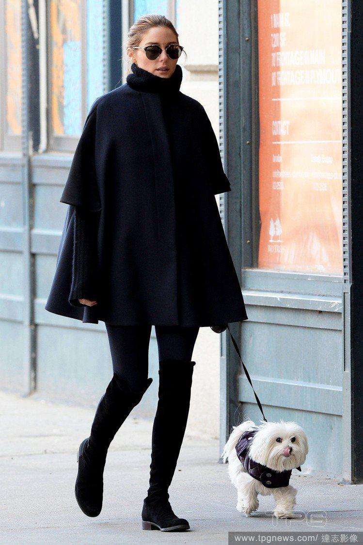 奧莉薇亞巴勒莫以高領毛衣外搭黑色斗篷,再以膝上靴完成一身可愛優雅的黑色裝扮。圖/...