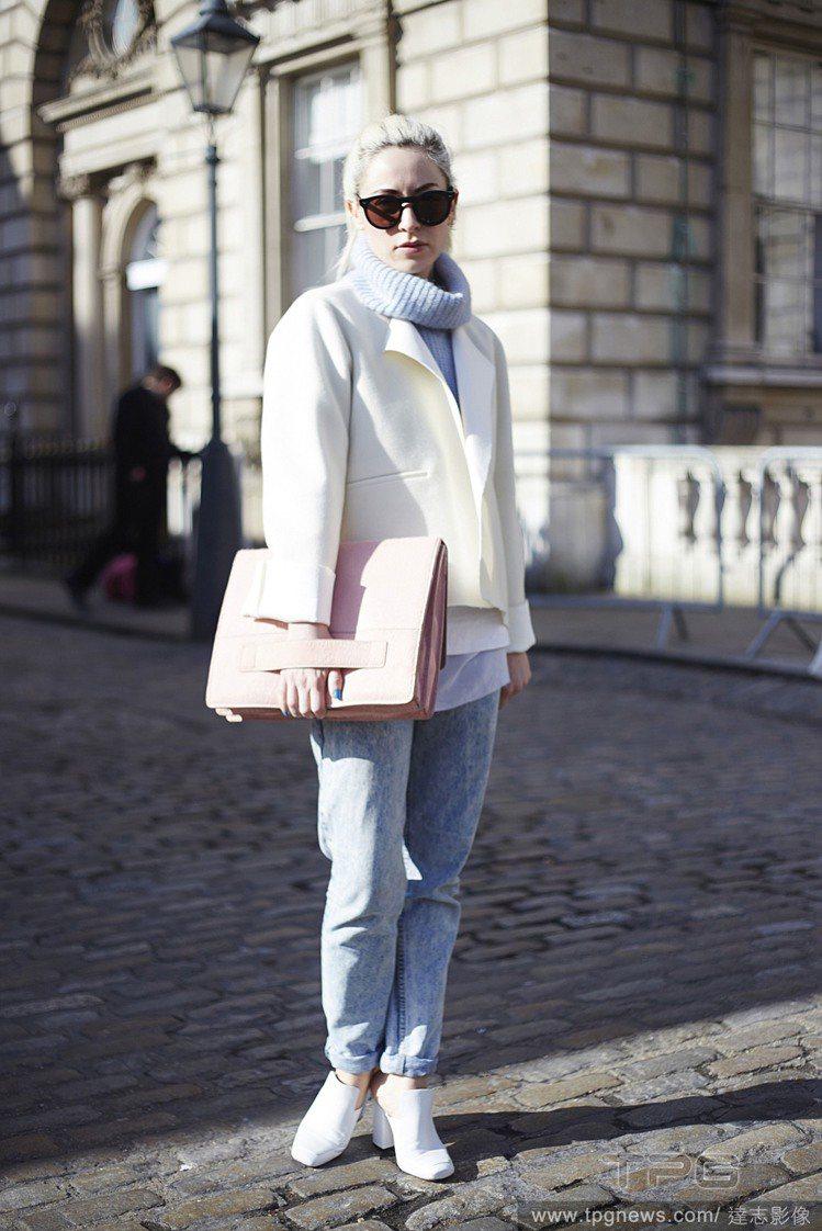 以彩色高領毛衣搭配寬鬆、褲管捲起的牛仔褲,加一件 oversize 短外套或長大...