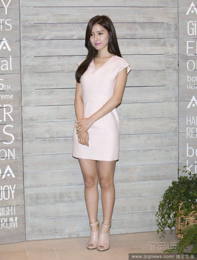 金素恩身穿粉紅色連身裙,簡單的剪裁線條,削弱了粉紅的柔美氣息,搭配裸色踝靴後更添...