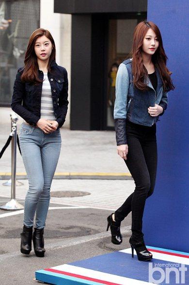 「Girl's Day」成員 Yura(右)出席活動時,穿拼接牛仔夾克,搭配一身...