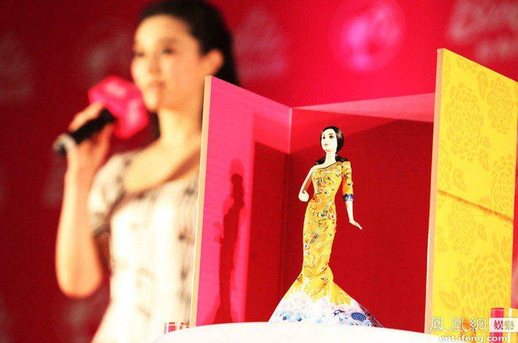 在國際影展的舞台上,大多數的人絕忘不了那些充滿中國風的龍袍裝、瓷器裝(她還因此得...