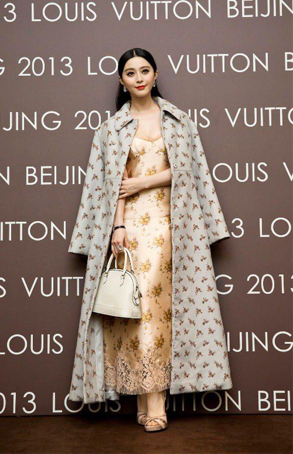 范冰冰穿LV金色洋裝搭配碎花大衣,手提Alma包。圖/LV提供