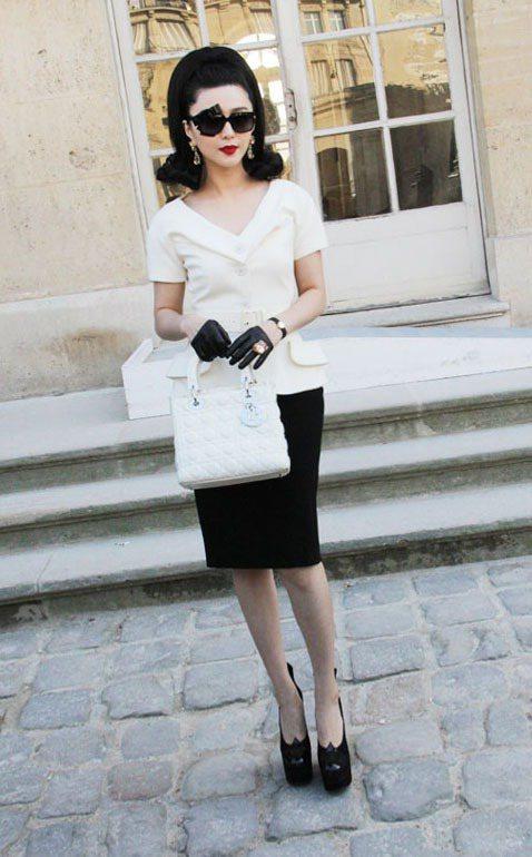 范冰冰賦予 John Galliano 最後一季的 Dior 套裝全新的五○年代...