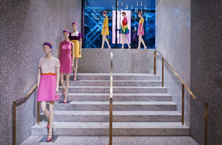 階梯上擺放著的模特兒架讓現場宛如一場真正的時裝秀和藝術展覽的組合,給予消費者者新...