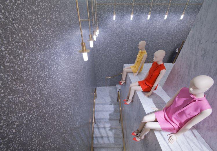 兩層樓的店鋪,下層陳列品牌全線精品系列,包括女士和男士成衣及配飾,分門別類安排在...