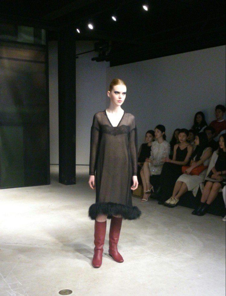 JAMEI CHEN 秋冬系列以繫帶、皮草及色塊元素,融入俐落的剪裁線條,一...
