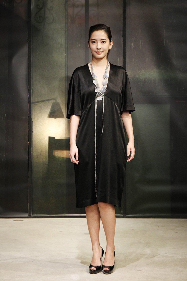 周采詩當天身穿黑色深 V 小洋裝亮相,民族風的項鍊讓這件寬鬆洋裝多了一股神祕氣息...