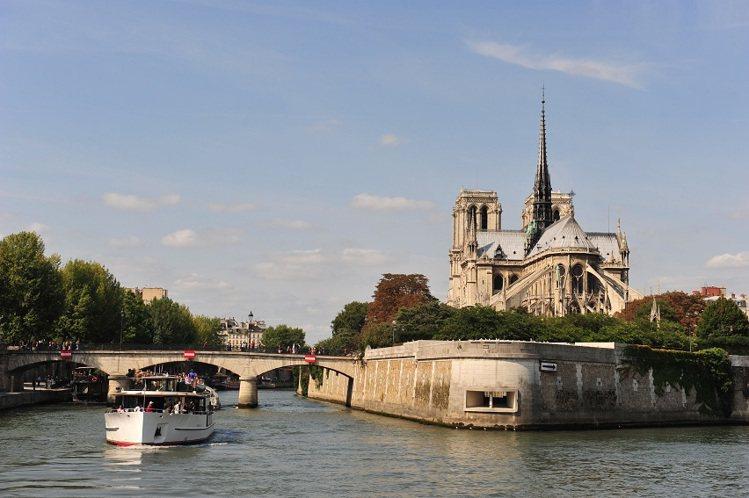 林莉工作坊推出巴黎塞那河的蜜月婚紗之旅。圖/林莉提供