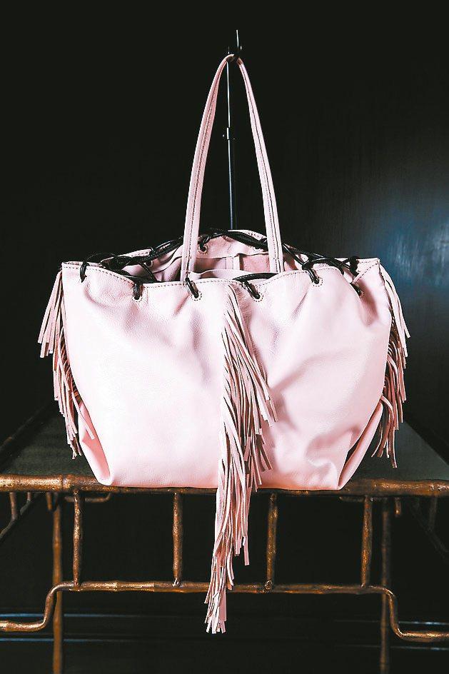 KARA粉紅色流蘇包包1萬7,080元。記者林伯東/攝影