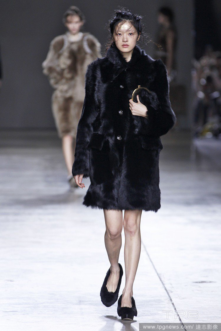 倫敦時裝周,李詠華為Simone Rocha走秀。圖/達志影像