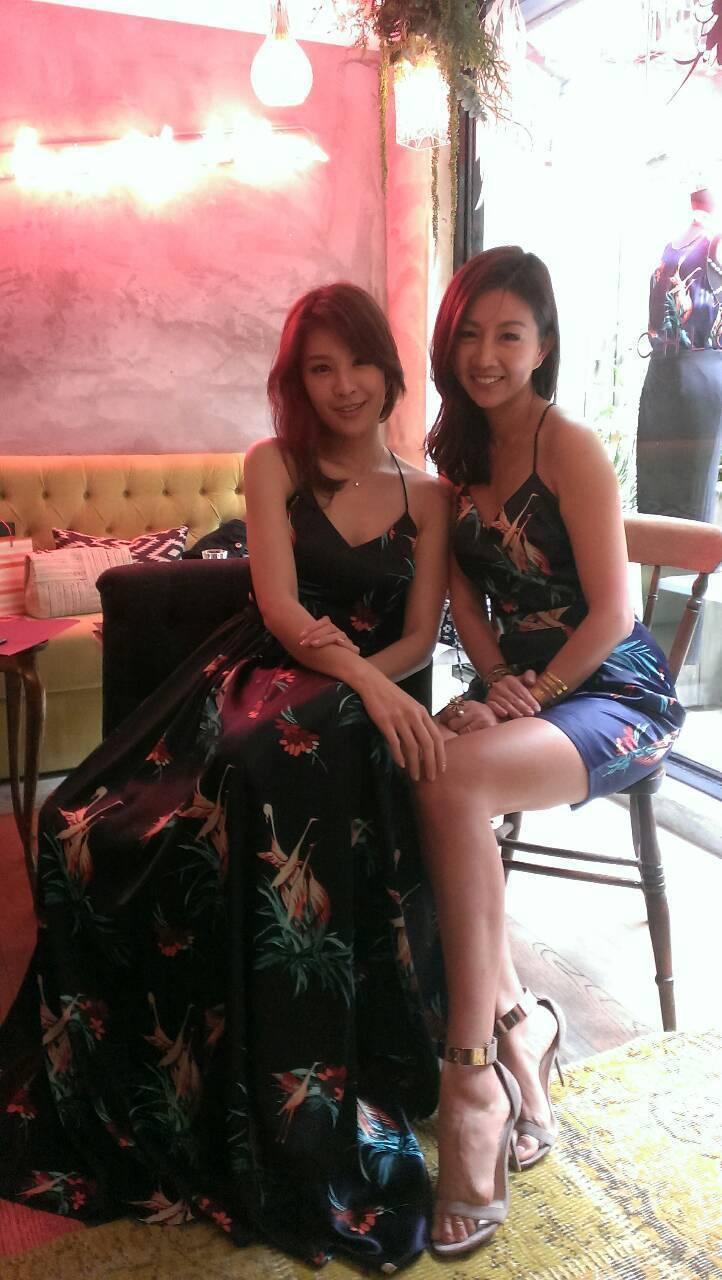林若亞(左)挺好友CHLOE CHEN,以膠帶封胸穿露背裝站台。記者陶福媛/攝影