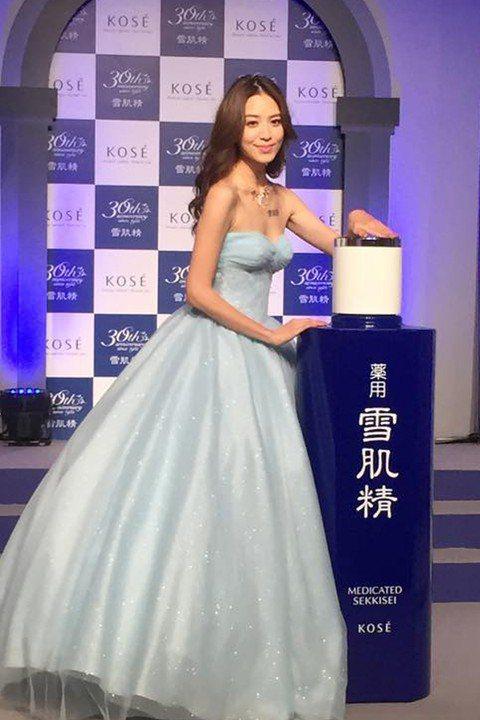 日本KOSE 30周年特別與迪士尼即將上映的電影「仙履奇緣」合作推出雪肌精玻璃鞋...