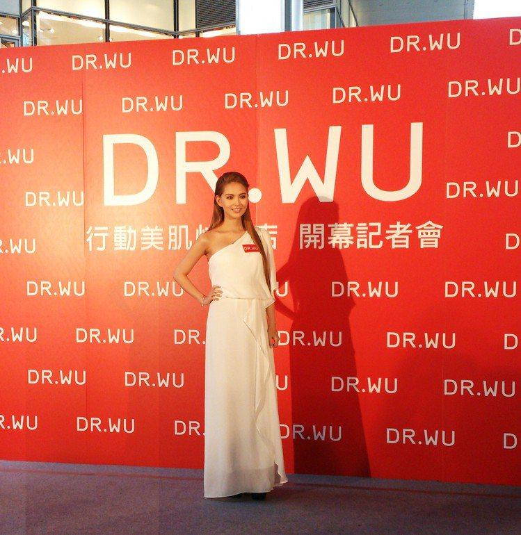 醫美保養品牌 DR.WU 請來婚後首度亮相的昆凌,擔任品牌創立以來第一位代言人。...