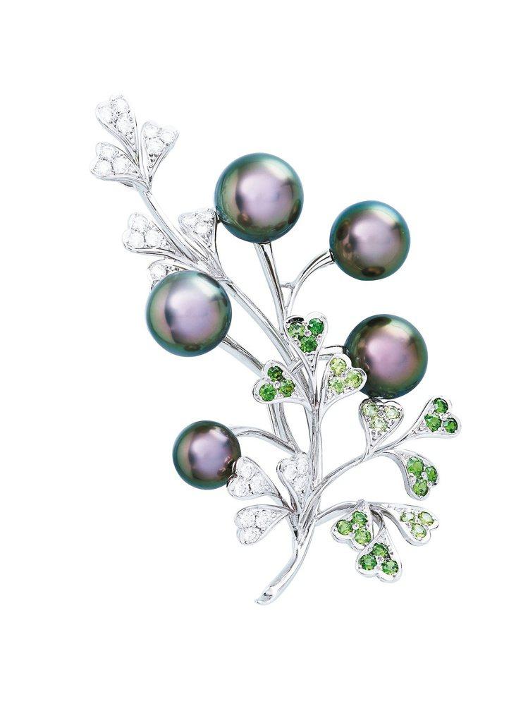 黑珍珠彩寶胸針,黑珍珠的光芒與石榴石相輝映,99萬元。圖/MIKIMOTO提供