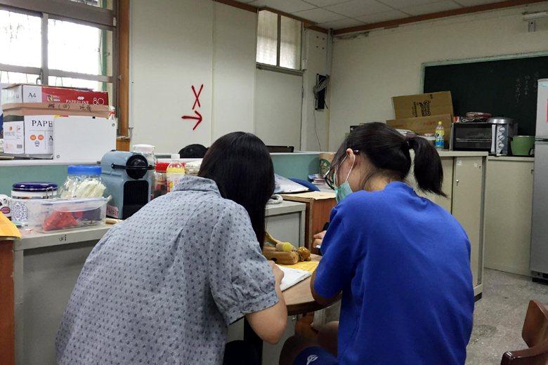 下午六點的辦公室,數學老師自願留校幫學生課輔。 圖/作者提供。