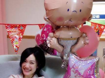主播蕭彤雯住院安胎已經106天,她也在病房中度過生日40歲生日,在臉書上分享自己的慶生照還寫道:「好友們帶來彩帶和氣球,讓我覺得自己宛如置身於麥當當兒童生日派對中」蕭彤雯懷孕過程這麼辛苦,有人建議她...