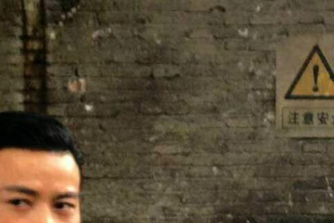 甄子丹11日在上海「葉問3」拍攝現場,鼻上有傷痕,是前2天拍戲被張晉用刀削傷,他談起受傷經過忙說沒事,拍戲難免有意外嘛!受傷當天,張晉臉都嚇白了,甄子丹反過來安慰他不要在意。甄子丹事後談起這段,還開...