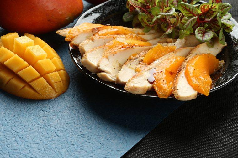 芒果佐西班牙香料雞胸肉。 攝影/陳立凱