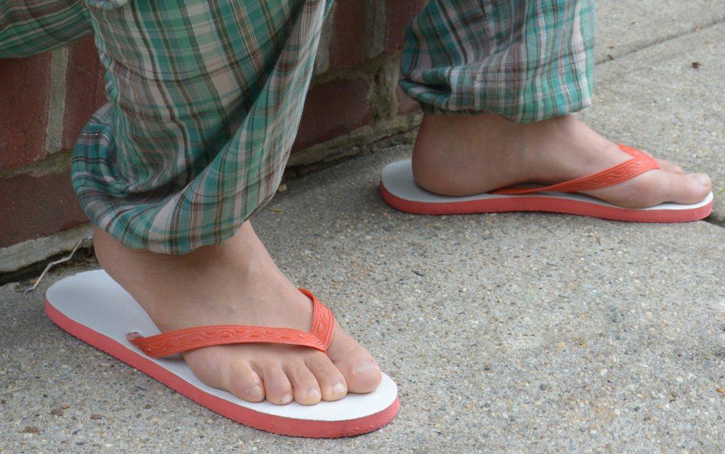 夾腳拖鞋沒支撐易傷腳,比高跟鞋更糟。 (記者許振輝/攝影)