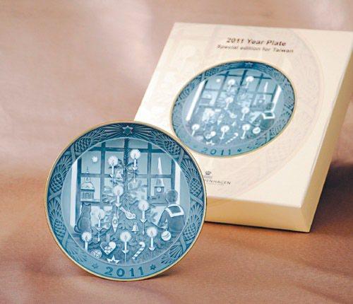 丹麥名瓷皇家哥本哈根特別為中華民國建國百年推出灰色版瓷盤。圖/業者提供
