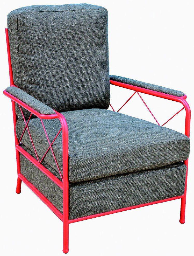 與Halo合作的系列新作單人椅,透過紅灰色的對比展現質感。圖/亞歷山卓精品傢傎館...