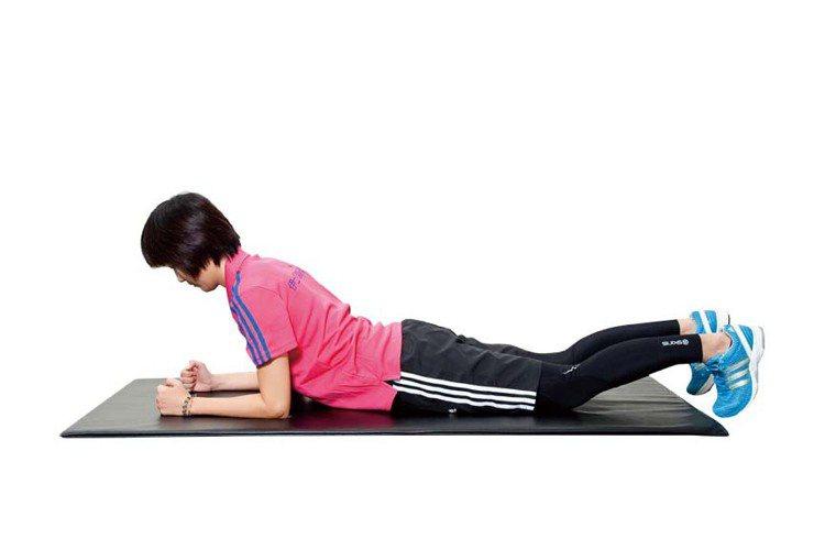 STEP1:面向下趴於地面上,利用雙手的手臂輔撐於地面。圖/TVBS周刊提供