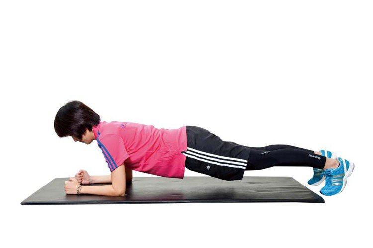 STEP3:把膝蓋慢慢往上拉高,保持穩定不晃動,臀部收緊,眼睛直視手部,動作維持...