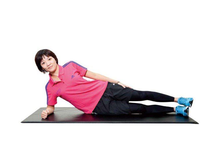 STEP1:側躺,單邊手肘撐地,另一手作為輔助,雙腳呈併攏姿勢。圖/TVBS周刊