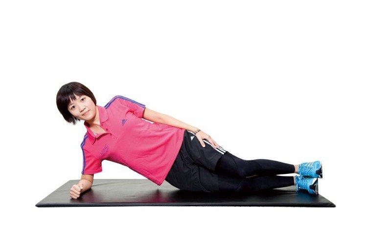 STEP2:利用側腹力量及膝蓋的支撐,將身體撐起使臀部離開地面。圖/TVBS周刊