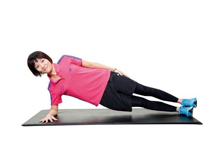 STEP3:撐起膝蓋離開地面,身體保持一直線穩定不晃動、不聳肩,動作進行12∼1...